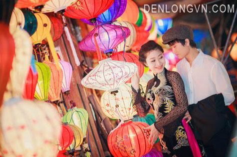 Cô dâu chú rể chụp ảnh cưới cùng đèn lồng