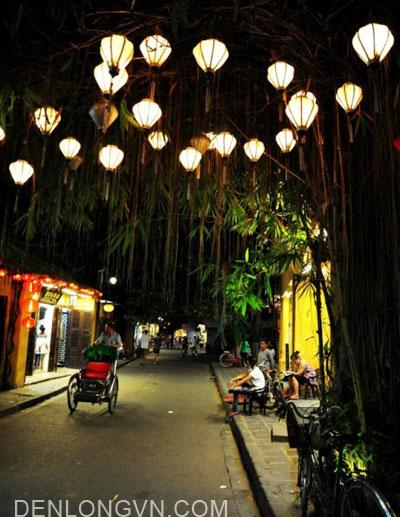 treo lồng đèn mùa Lễ Tết tại phố cổ Hội An