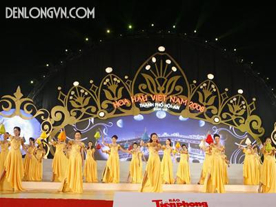 Đèn lồng diễu hành trên sân khấu