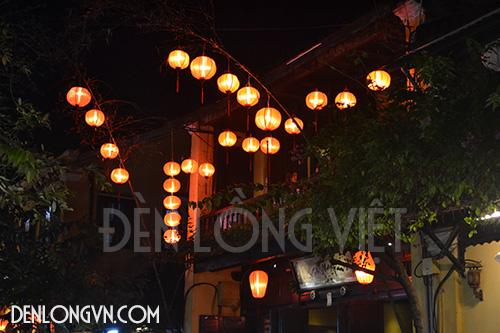 Thu hút thực khách bằng cách trang trí đèn lồng phía ngoài quán ăn