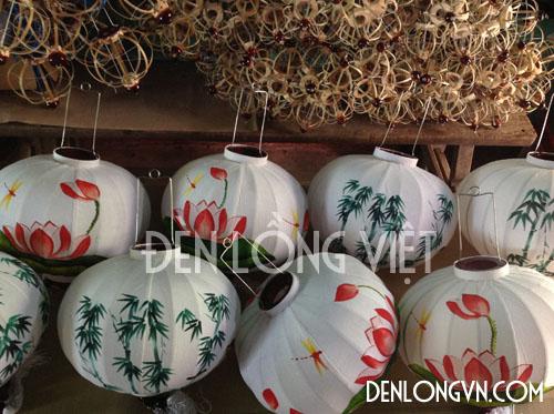 Những chiếc đèn lồng vẽ họa tiết phương Đông trên nền vải tatta trắng đẹp mắt