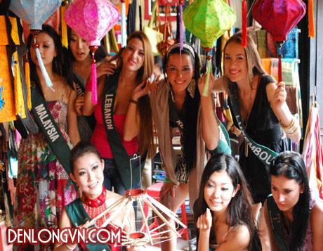 Các hoa hậu chụp ảnh tại Xưởng Đèn lồng Việt