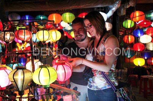 lam tho denlong 3 Tour trải nghiệm làm thợ đèn lồng Hội An