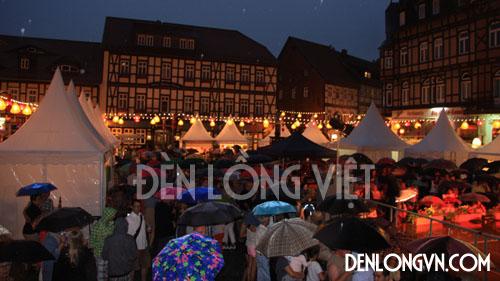 Đông đảo người dân tại thành phố Wernigerode tham gia Lễ hội đèn lồng bất chấp trời mưa