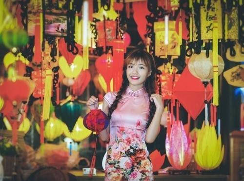 phu nu Viet duyen dang ben den long truyen thong 5 Phân biệt Đèn Lồng Việt và Đèn Lồng Trung Quốc