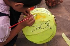Trẻ em vẽ lên chiếc lồng đèn
