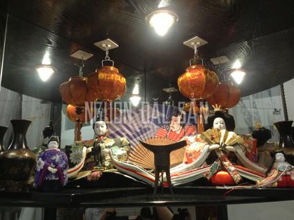Kết hợp trang trí đèn lồng nhí và búp bê Nhật