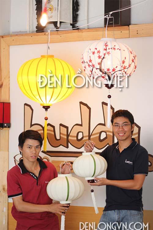 Các bạn trẻ mua đèn lồng tại Đèn lồng Việt Sài Gòn
