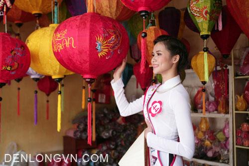 hoa hậu chụp ảnh cùng đèn Hội An