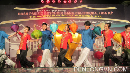 Các nghệ sĩ múa với đèn lồng Hội An