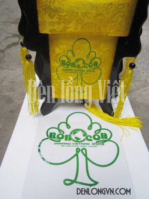 Logo cuộc thi được in nổi bật trên nền vải lụa tơ tằm
