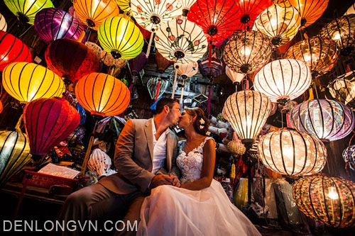 Du khách nước ngoài chụp ảnh cưới bên đèn lồng Hội An
