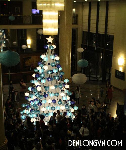 Hàng trăm chiếc đèn lồng thắp sáng cây thông noel