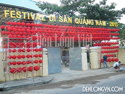 Trang trí đèn lồng đỏ tại cổng chào Nhà hát