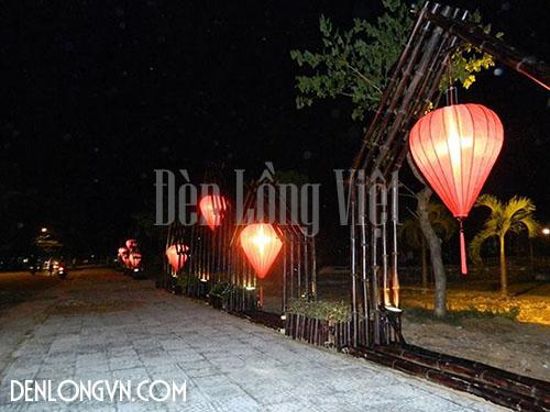 Chiếc đèn lồng cỡ lớn được trang hoàng trên đường phố Hội An