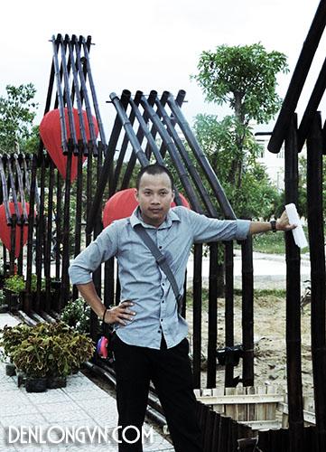 Kiến trúc sư Huỳnh Tâm Nhiên bên giàn đèn lồng cỡ lớn