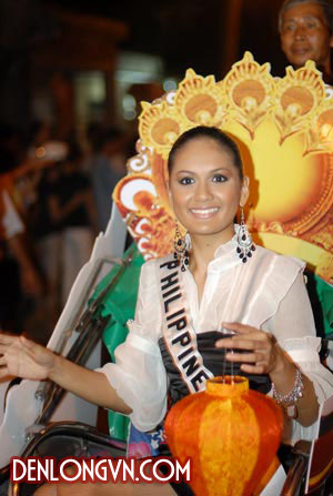Hoa hậu Philippine diễu hành trên đường phố cùng với chiếc đèn lồng trên tay