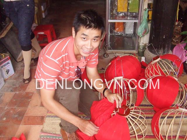 MC Nguyên Khang tham gia tour làm đèn lồng tại Hội An
