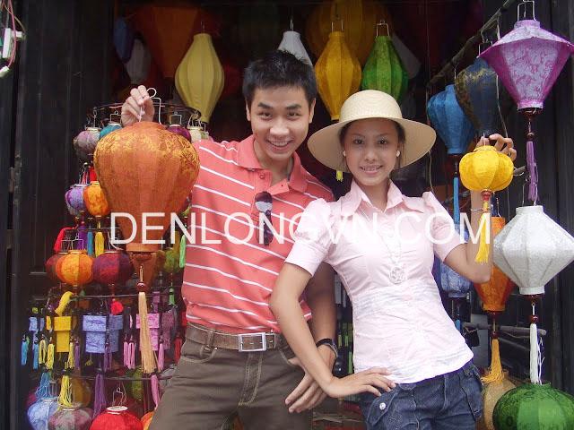 MC Nguyên Khang cùng chiếc đèn lồng của mình