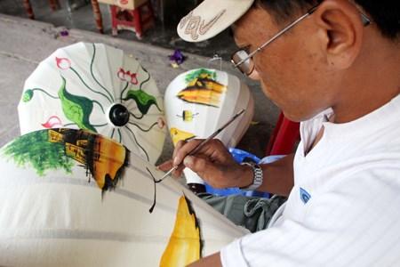 Họa sỹ vẽ lên chiếc đèn lồng tre